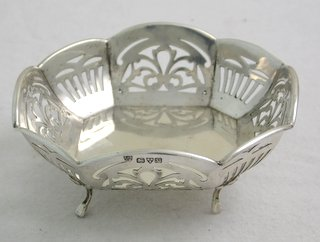 K.G V Sterling Silver Hexagonal Bon Bon / Trinket Dish with Pierced Decoration on Cabriole Legs by Haseler & Bill. Hallmarked Chester 1921. 3 3/4 x 3 3/4 inches. Wrexham Whitchurch Shrewsbury Liverpool Warrington Chester Mold Oswestry Llandudno